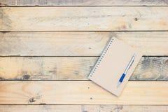 Stile d'annata del taccuino e della penna sul vecchio pavimento di legno Fotografia Stock