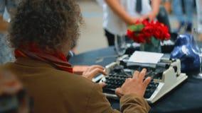 Stile d'annata dello scrittorio del ` s del giornalista, è lavorante e scrivente sulla sua macchina da scrivere al caffè pubblico archivi video