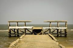 Stile del cielo della sabbia di mare del crogiolo di molo vecchio Immagini Stock Libere da Diritti