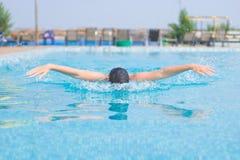 Stile del colpo di farfalla di nuoto della ragazza Immagini Stock Libere da Diritti