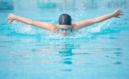 Stile del colpo di farfalla di nuoto della ragazza Immagine Stock