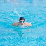 Stile del colpo di farfalla di nuoto della ragazza Fotografia Stock