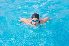 Stile del colpo di farfalla di nuoto della ragazza Fotografie Stock