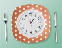 Stile del piatto di cena retro con la forcella del fronte di orologio Fotografia Stock