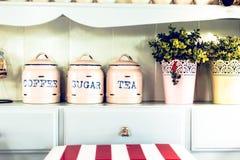 Stile dell'annata Barattolo e vaso nella cucina Immagini Stock Libere da Diritti