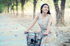 Stile dell'annata della bicicletta di guida della donna fotografie stock libere da diritti