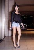 Stile della via di Isabeli Fontana Summer del modello di moda durante la settimana di modo fotografia stock