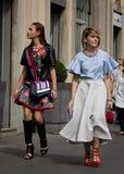 Stile della via durante il Milan Fashion Week per la primavera/l'estate 2015 Immagine Stock