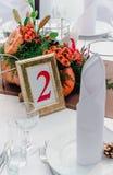 Stile di autunno di banchetto di nozze La composizione di rosso, di arancio, di giallo e di verde, condizione su una tavola bianc fotografia stock