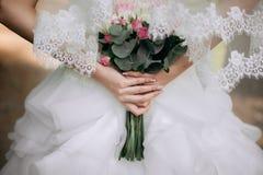Stile di boho della sposa Quelle ragazze non sono vedute sono soltanto mano visibile Fotografie Stock