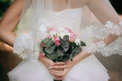 Stile di boho della sposa Quelle ragazze non sono vedute sono soltanto mano visibile Fotografia Stock Libera da Diritti