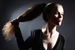Stile di capelli lungo della coda di cavallo della donna del ritratto immagine stock