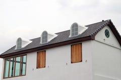 Stile di Europa della casa, della casa bianca e della finestra di legno fotografia stock libera da diritti