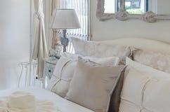 Stile di lusso della camera da letto con la lampada classica sulla tavola di legno Fotografia Stock Libera da Diritti