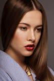 Stile di moda Ritratto di giovane donna sciccosa lussuosa fotografia stock