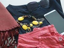 Stile di modo dell'abbigliamento sulla tavola Immagini Stock
