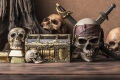 Stile di natura morta di concetto del cranio del pirata Immagini Stock