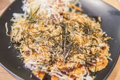 Stile di Okonomiyaki Kansai, pancake saporito giapponese o conosciuto come Ja fotografia stock libera da diritti