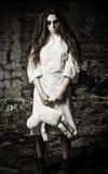 Stile di orrore sparato: ragazza spaventosa del mostro con la bambola del moppet in mani Immagini Stock Libere da Diritti