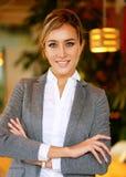 Stile di vita, affare e concetto della gente: Riuscita donna di affari che si siede nella caffetteria Fotografia Stock Libera da Diritti