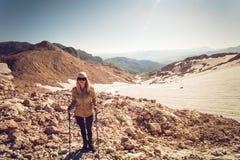 Stile di vita all'aperto di viaggio di alpinismo della giovane donna Immagine Stock Libera da Diritti