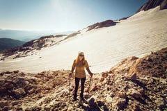 Stile di vita all'aperto di viaggio di alpinismo della giovane donna Fotografia Stock Libera da Diritti