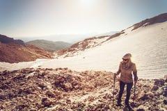 Stile di vita all'aperto di viaggio di alpinismo della giovane donna Fotografia Stock