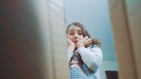 Stile di vita cexperiencing di sorpresa di felicità di gioia della scolara bambini positivi di concetto di emozione video di movi archivi video