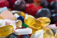 Stile di vita, concetto di dieta, frutta e pillole sani, supplementi della vitamina immagine stock