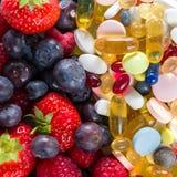 Stile di vita, concetto di dieta, frutta e pillole sani, supplementi della vitamina Fotografia Stock