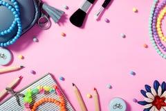 Stile di vita del ` s della donna, disposizione piana con i cosmetici ed accessori Fotografia Stock Libera da Diritti