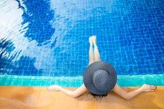 Stile di vita delle donne che si rilassa vicino al sunbath di lusso della piscina, giorno di estate alla stazione balneare nell'h Fotografie Stock Libere da Diritti