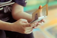 Stile di vita delle donne facendo uso di un telefono cellulare con il messaggio mandante un sms Fotografia Stock