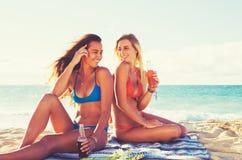 Stile di vita di estate, amici alla spiaggia Immagine Stock