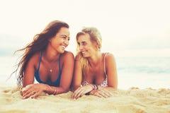 Stile di vita di estate, amici alla spiaggia Fotografia Stock Libera da Diritti