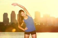 Stile di vita di forma fisica: donna felice che allunga nella città Fotografia Stock