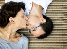Stile di vita di neolatino di bacio della moglie del marito fotografie stock libere da diritti