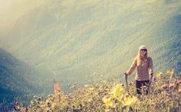 Stile di vita di viaggio di alpinismo del viaggiatore della donna Fotografie Stock Libere da Diritti