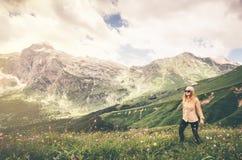 Stile di vita di viaggio di alpinismo del viaggiatore della donna Immagini Stock Libere da Diritti