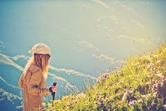 Stile di vita di viaggio di alpinismo della donna del viaggiatore Fotografia Stock