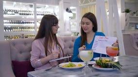 Stile di vita di dieta, dietista consultarsi al cliente della donna circa l'alimento di dieta sana per perdere peso e fare piano  stock footage
