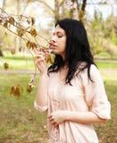 Stile di vita e concetto della gente: Bella donna nel giardino del fiore Immagine Stock Libera da Diritti
