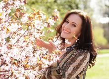 Stile di vita e concetto della gente: Bella donna nel giardino del fiore Fotografia Stock