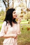 Stile di vita e concetto della gente: Bella donna nel giardino del fiore immagine stock