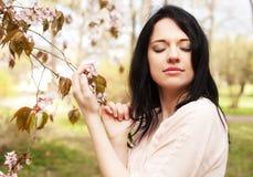 Stile di vita e concetto della gente: Bella donna nel giardino del fiore fotografia stock libera da diritti