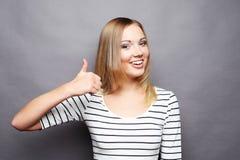 Stile di vita e concetto della gente: Donna felice che dà pollice su Fotografie Stock Libere da Diritti