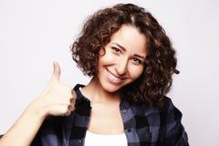 Stile di vita e concetto della gente: Donna felice che dà pollice su Immagini Stock