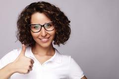 Stile di vita e concetto della gente: Donna felice che dà pollice su Immagine Stock Libera da Diritti