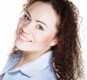 Stile di vita e concetto della gente: Giovane donna felice con capelli ricci fotografia stock
