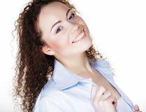 Stile di vita e concetto della gente: Giovane donna felice con capelli ricci immagini stock libere da diritti